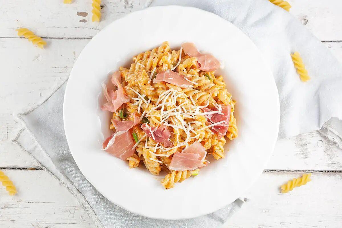 Rode pesto pasta met serrano ham