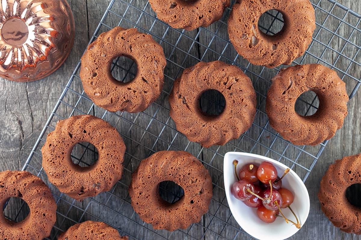 Mini chocolade tulband cakejes met kersen