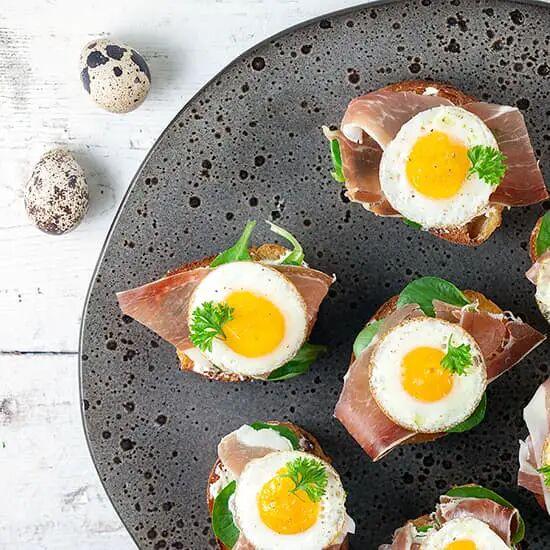 Bruschetta met ham en kwarteleitjes