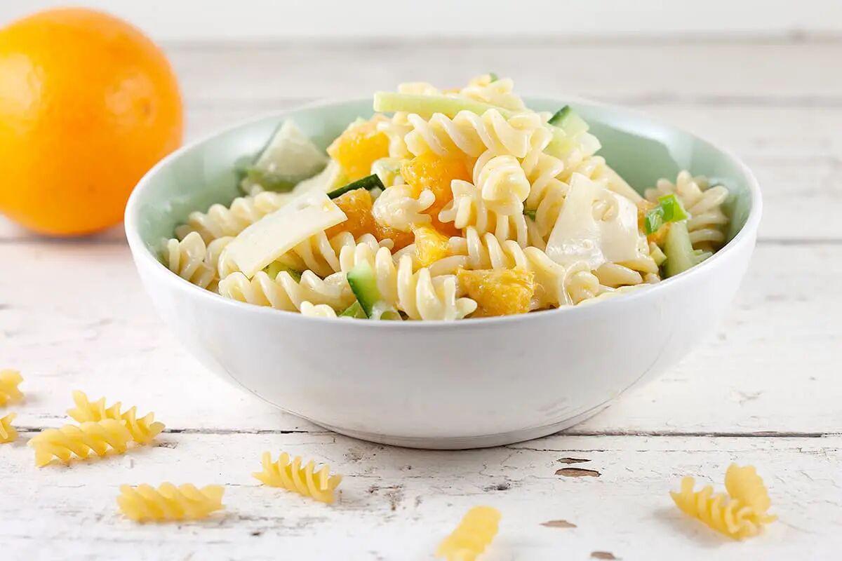 Pastasalade met sinaasappel en kaas