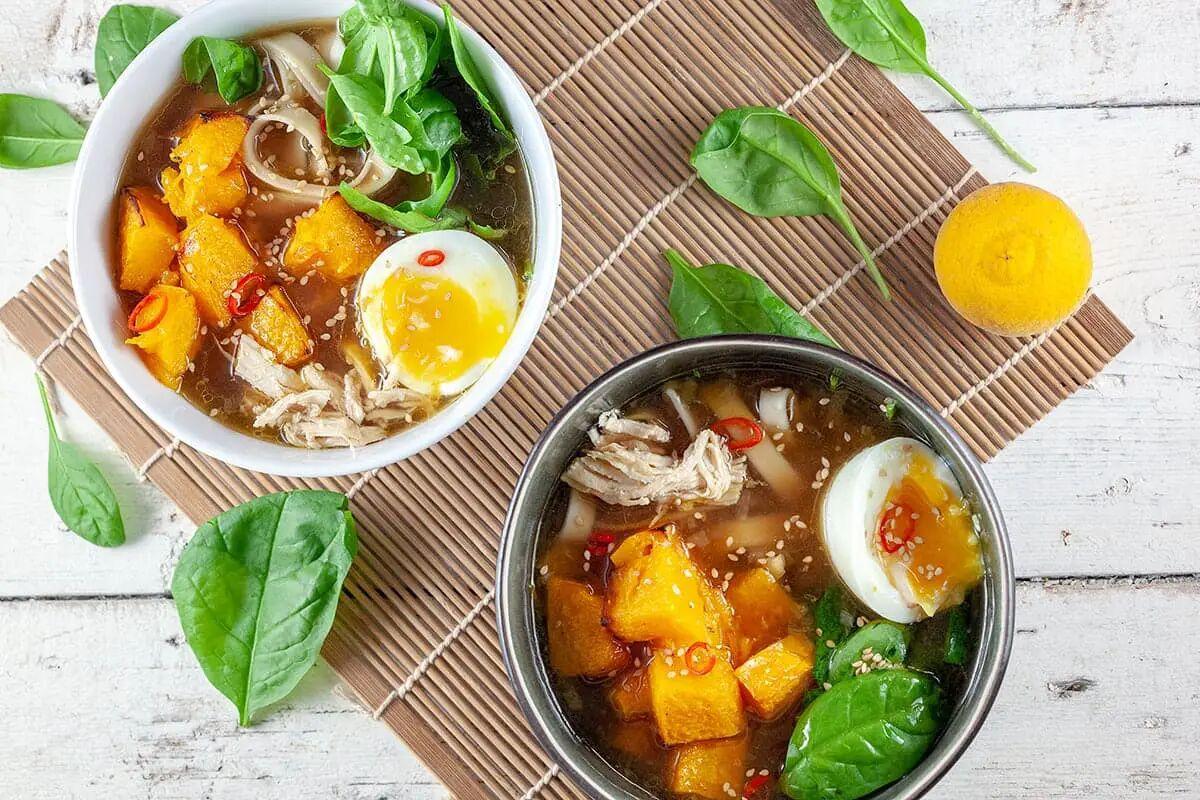 Noedelsoep met spinazie en kip
